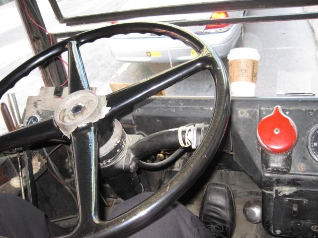 Man använde gamla dubbeldäckare från London. Denna var från 1960-talet byggd för vänstertrafik men med automatlåda. Den röda knappen var körriktningsvisaren.